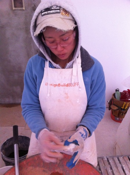 Mixing hemp fiber into natural plaster